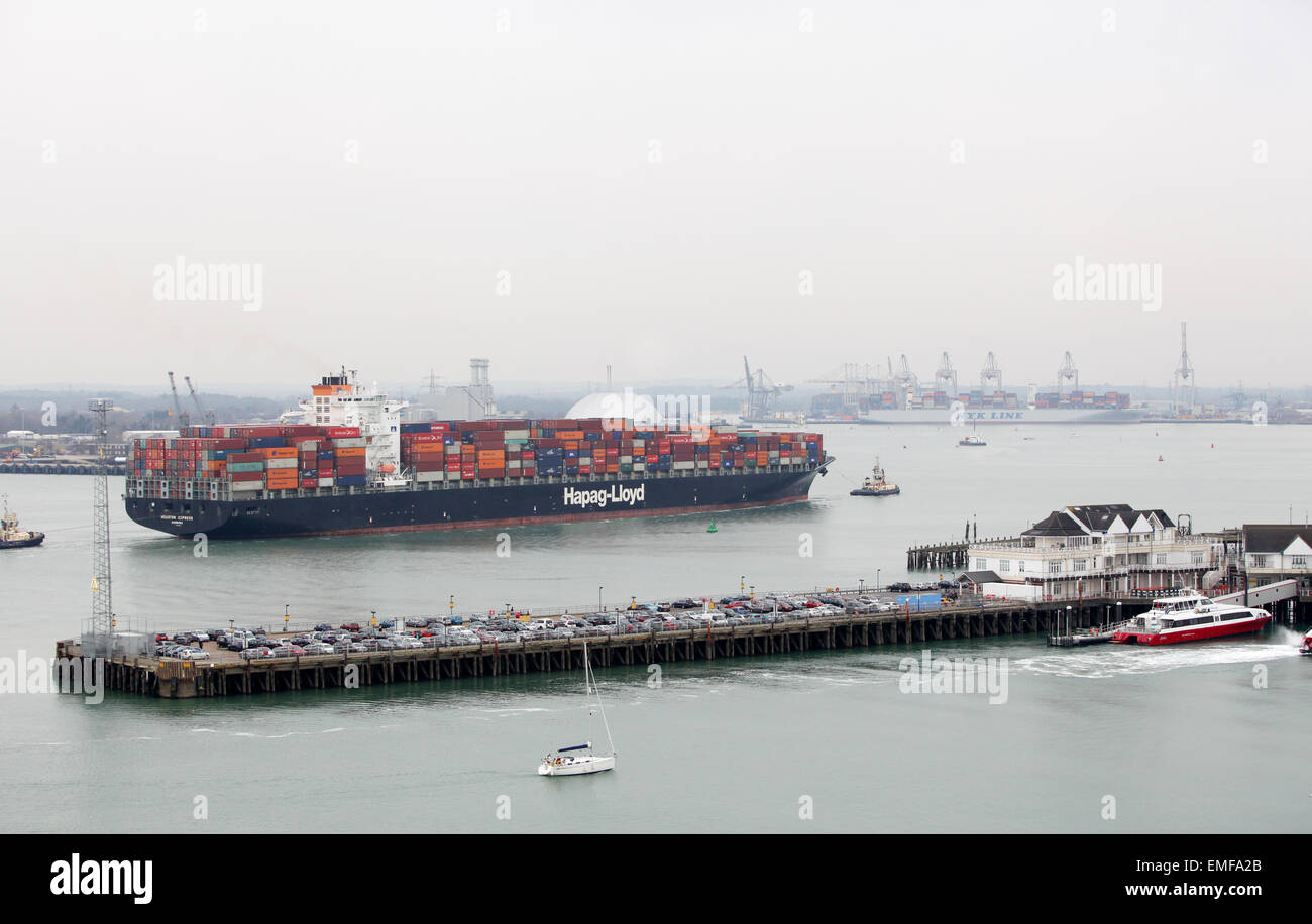 Container ship Houston Express sailing into Southampton Docks - Stock Image