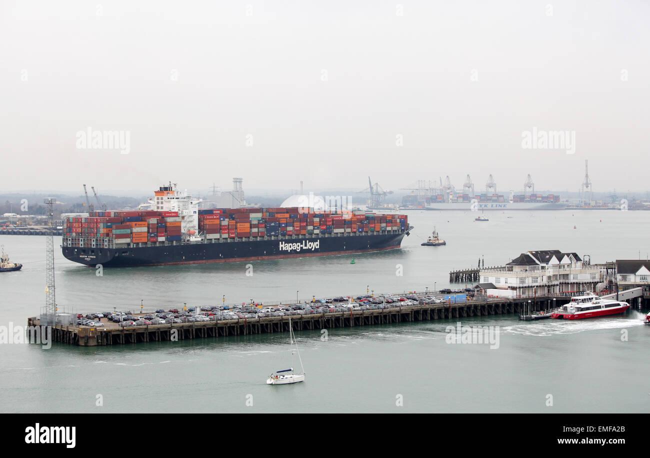 Container ship Houston Express sailing into Southampton Docks - Stock Image