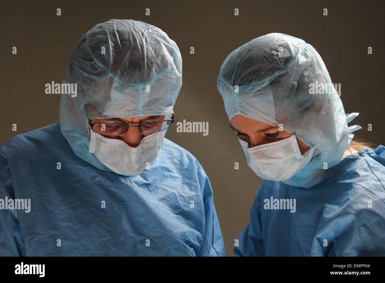 Two doctors working in a OP room - Stock Image