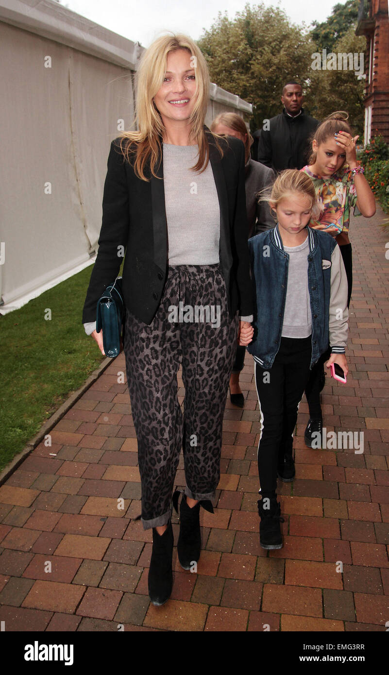 15.SEPTEMBER.2013. LONDON  KATE MOSS AND DAUGHTER LILA GRACE ATTEND THE TOPSHOP LFW CATWALK SHOW. - Stock Image