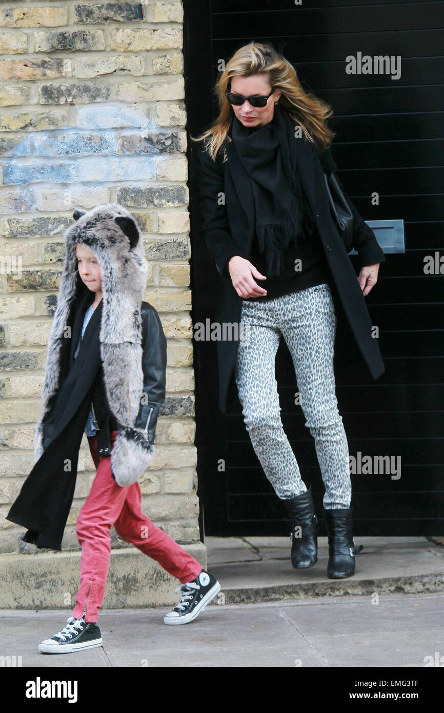 26.NOVEMBER.2011. LONDON  SUPERMODEL KATE MOSS WITH HER DAUGHTER LILA GRACE, LEAVING HER LONDON HOME. - Stock Image