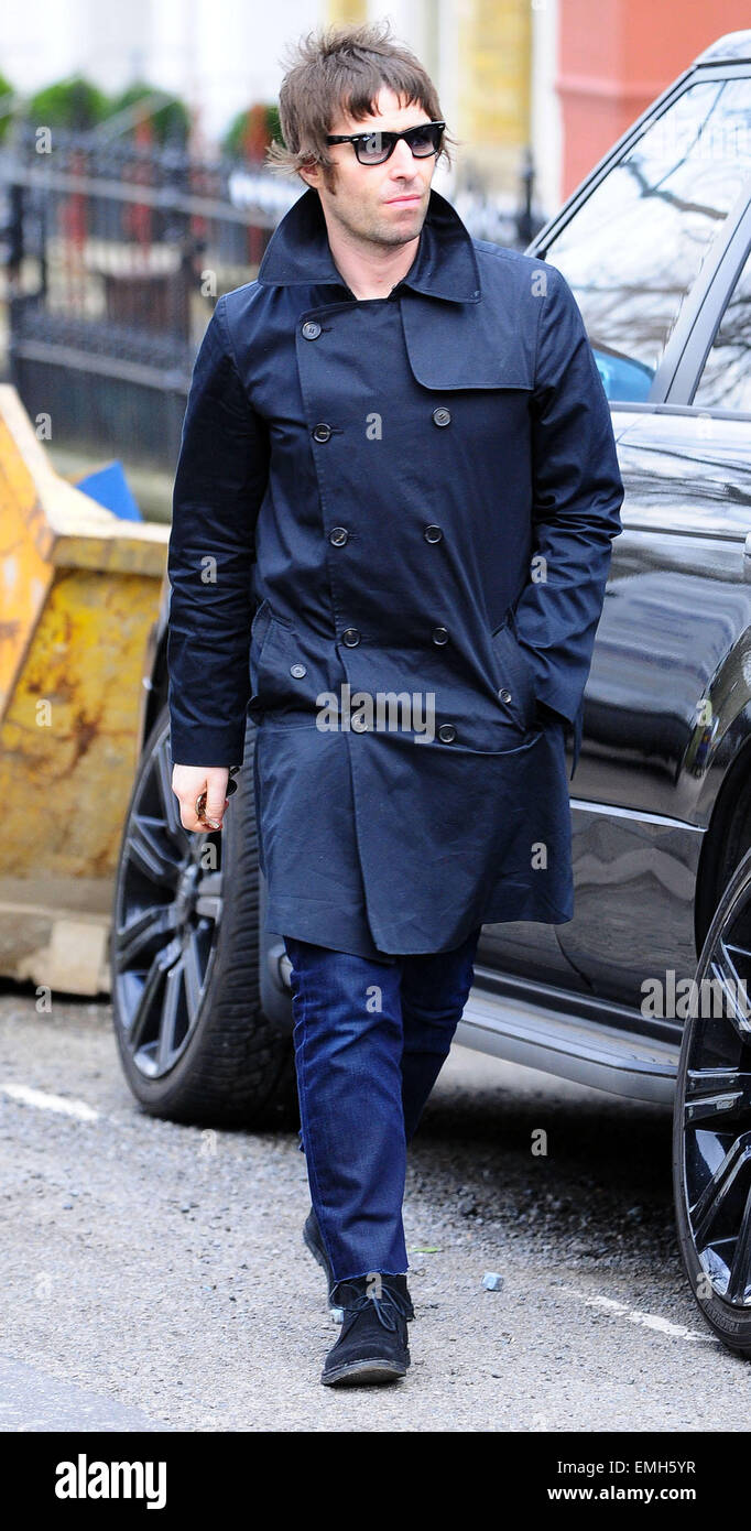 22.MARCH.2010 - LONDON  LIAM GALLAGHER ARRIVES HOME AFTER GOING FOOD SHOPPING AT WAITROSE IN HAMPSTEAD. LIAM HAS - Stock Image
