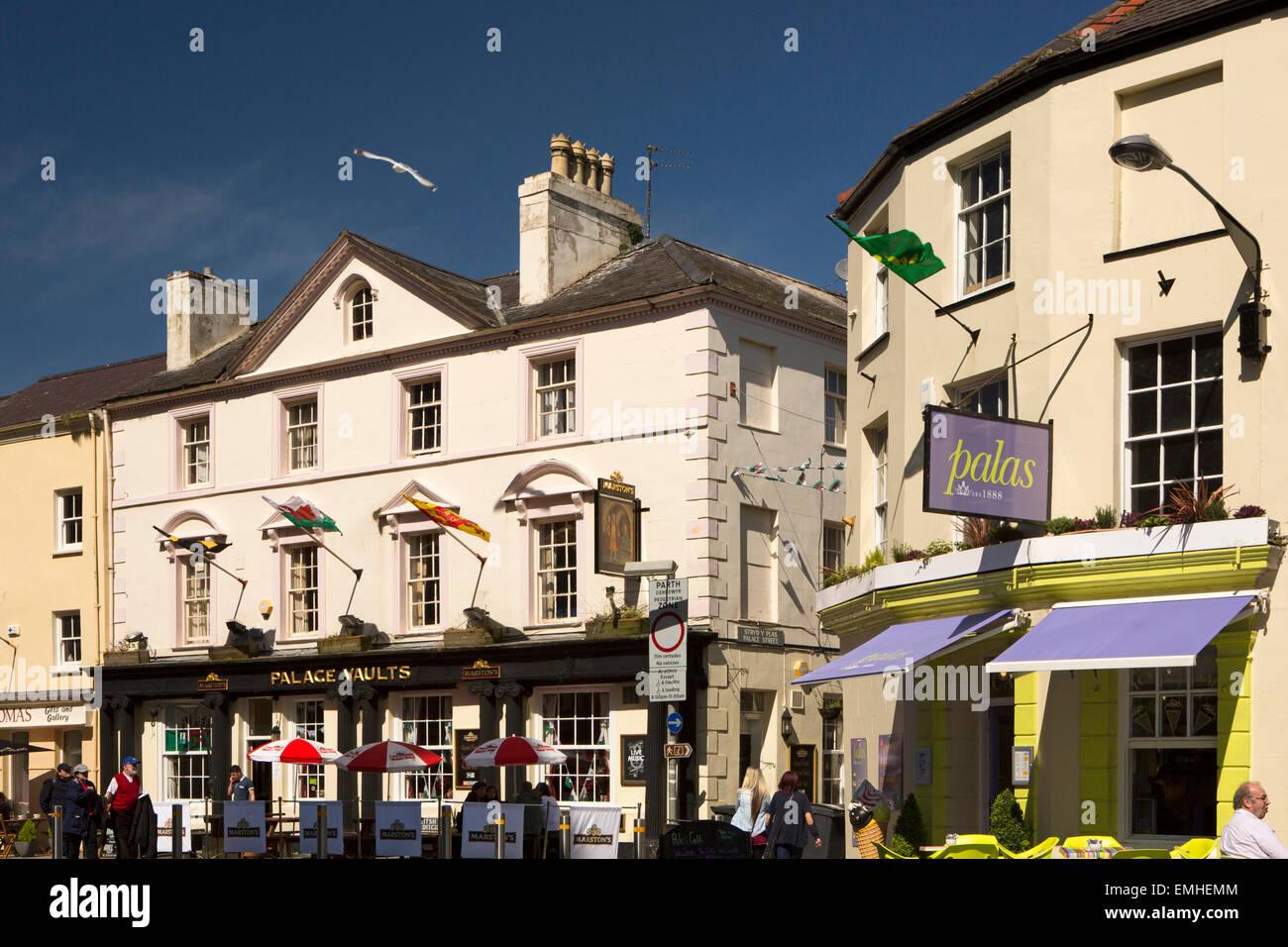 UK, Wales, Gwynedd, Caernarfon, Pen Deitsh, Palace Vaults Pub - Stock Image