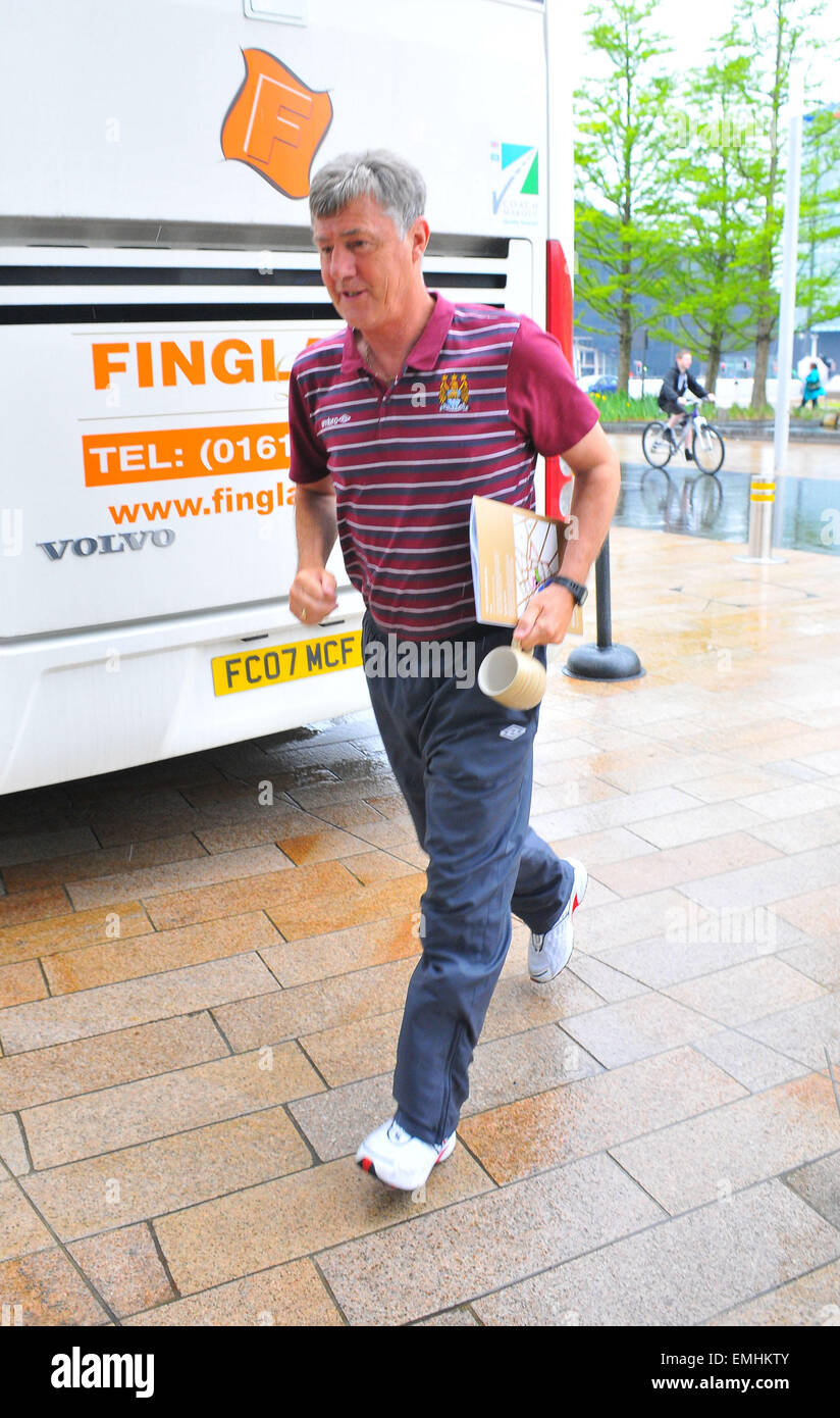 06.MAY.2011. LIVERPOOL BRIAN KIDD LEAVING THE HILTON HOTEL