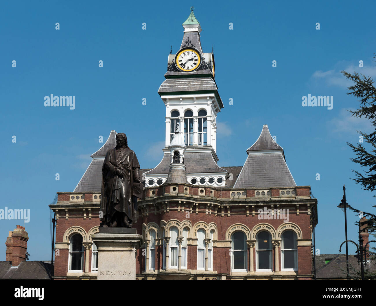 Statue of Sir Isaac Newton and the Guildhall Arts Centre, Grantham, Lincolnshire, England, UK - Stock Image