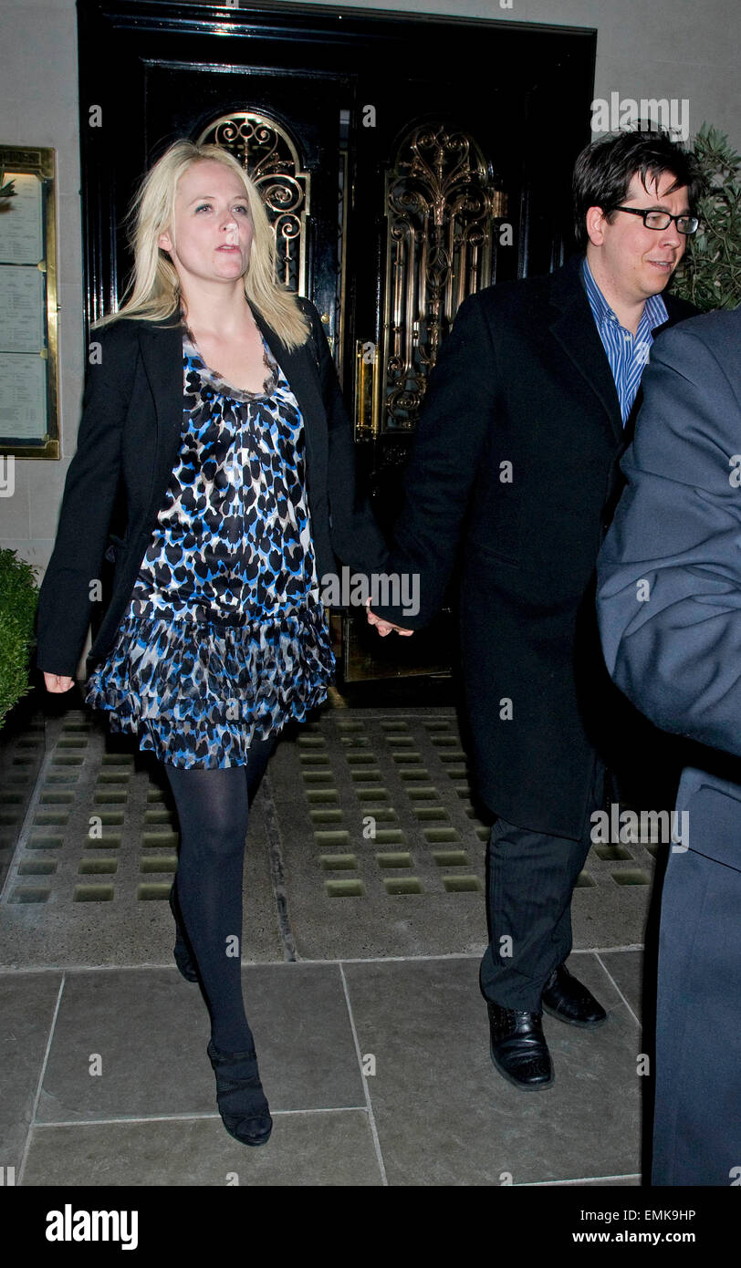 09.FEBRUARY.2011. LONDON  MICHAEL MCINTYRE AND WIFE KITTY LEAVING SCOTT'S RESTAURANT IN LONDON AFTER DINING WITH Stock Photo