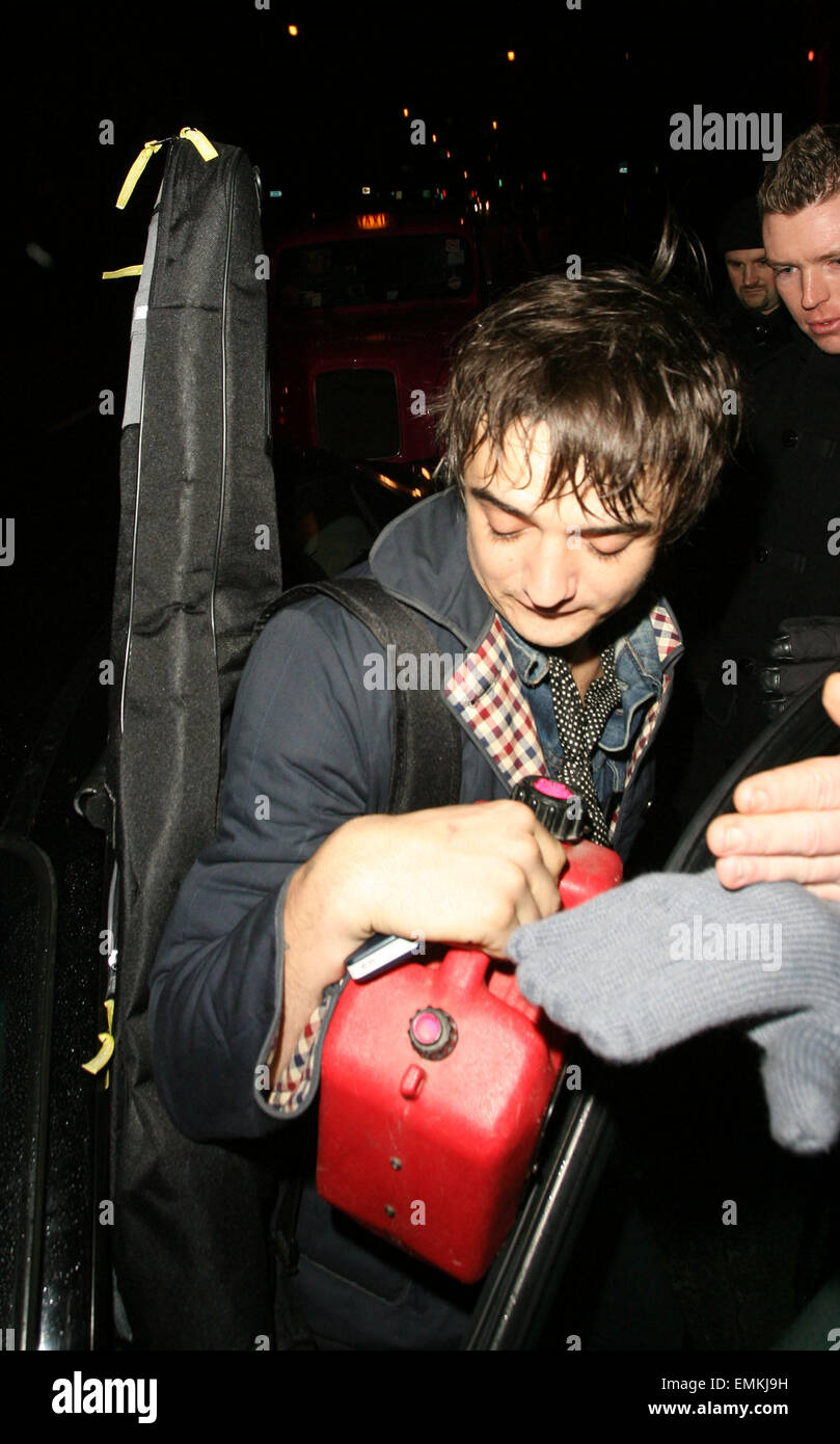 15.JANUARY.2007. LONDON  PETE DOHERTY PERFORMING AT A GIG AT THE BOOGALOO BAR IN ARCHWAY WHERE GIRLFRIEND KATE MOSS - Stock Image