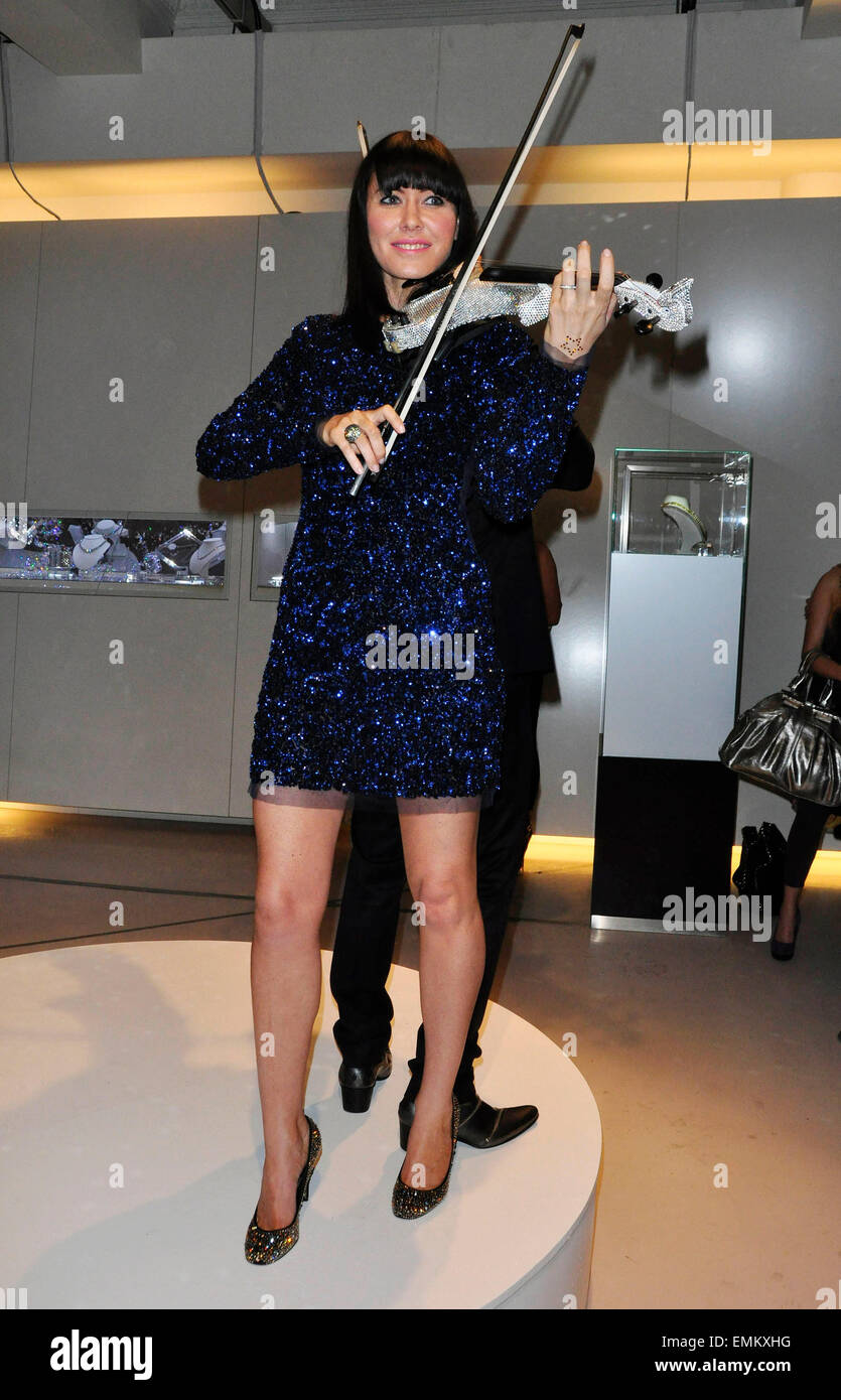 01.DECEMBER.2010. LONDON  LINZI STOPPARD PERFORMS AT A NIGHT WITH NICK CHARITY FUNDRAISER IN AID OF THE STROKE FOUNDATION - Stock Image