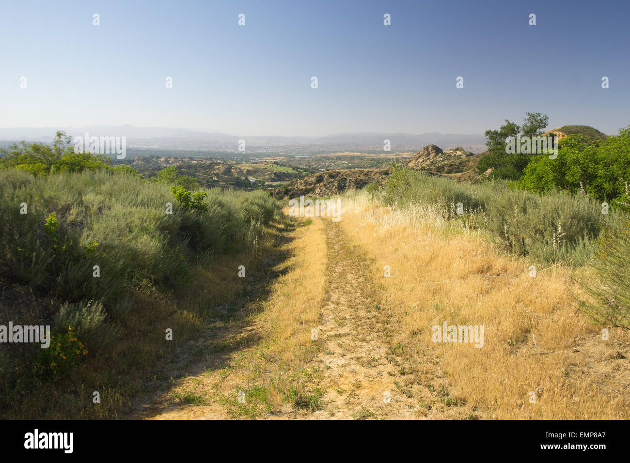Lush hiking trail in hills of southern California. - Stock Image
