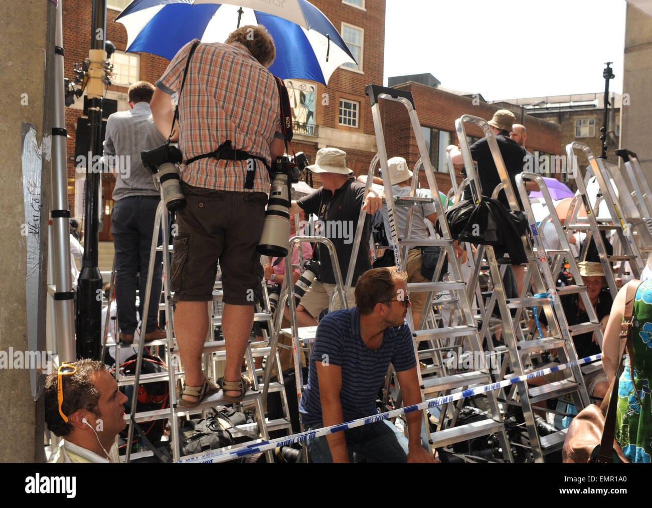22.JULY.2013. LONDON  SPECTATORS AND PRESS GATHERED AT ST MARY'S HOSPITAL WHERE IT WAS ANNOUNCED THAT KATE MIDDLETON - Stock Image