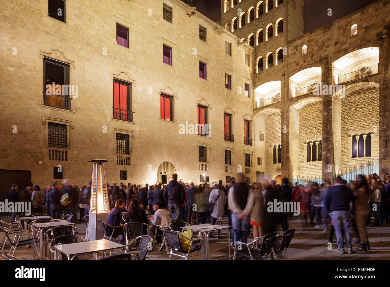 crowds watch an evening concert in the Plaça del Rei, Barcelona, Catalonia, Spain - Stock Image