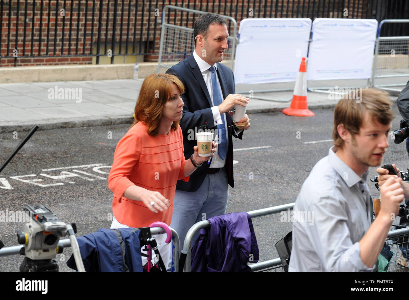 23.JULY.2013. LONDON  SPECTATORS AND PRESS GATHERED AT ST MARY'S HOSPITAL IN ANTICIPATION OF KATE MIDDLETON'S - Stock Image