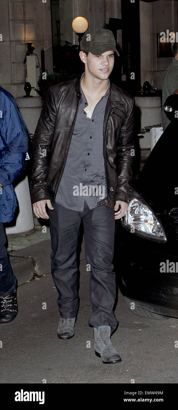 10.NOVEMBER.2009 - PARIS  TAYLOR LAUTNER LEAVING HIS PARIS HOTEL AFTER ATTENDING THE FRENCH PREMIERE OF HIS NEW - Stock Image