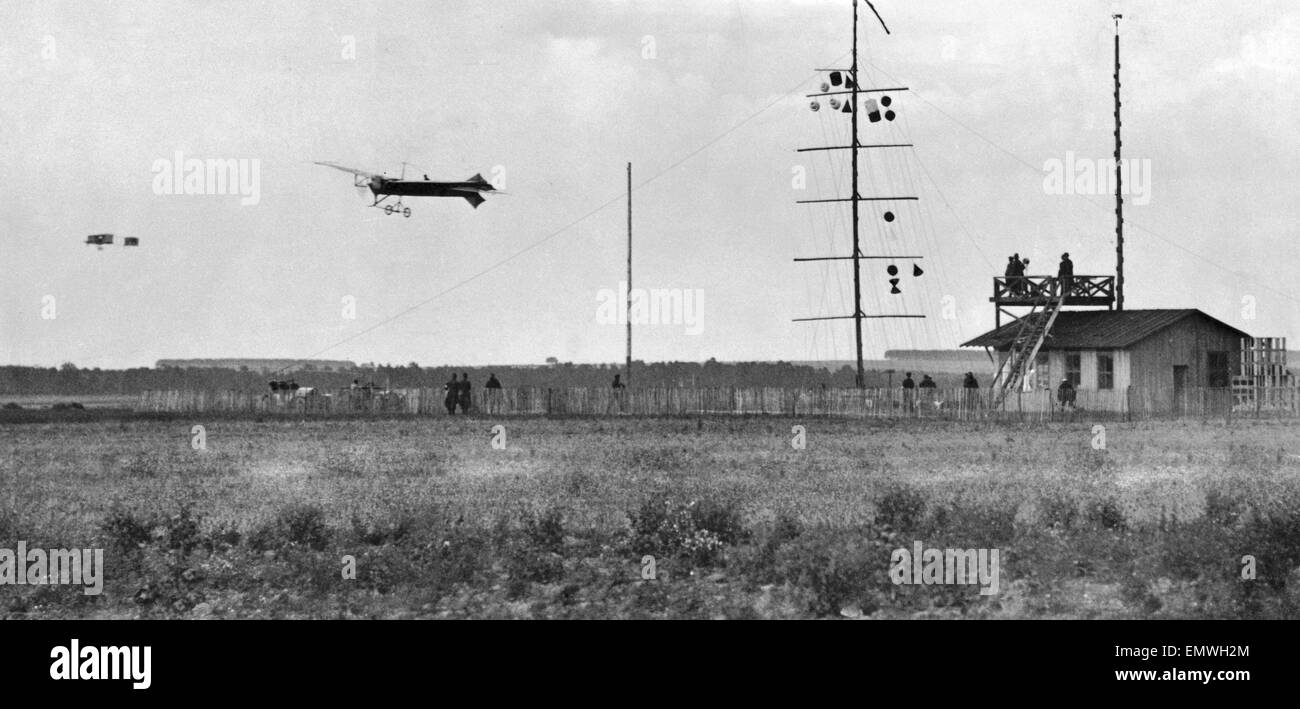 Arthur Charles Hubert Latham nearest the camera flying a Antoinette aeroplane against Louis Paulhan flying a biplane in the distance. 22nd August 1909. Competing at the Grande Semaine de l'Aviation de la Champagne at Reims, France, (first true internation Stock Photo