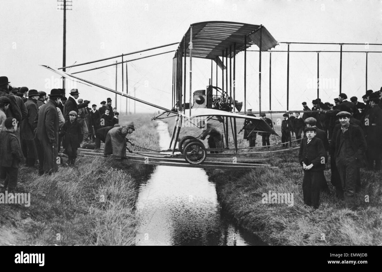 Mr Rawlinsons seen here having his Farman aircraft towed to the aviation grounds at Mourmelon-le-Grand where Henri Stock Photo