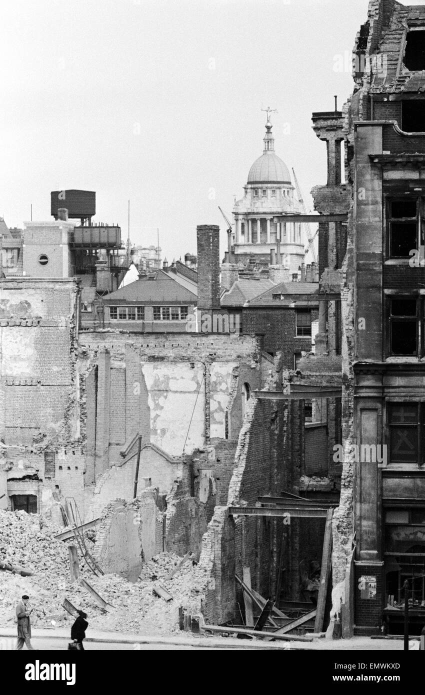 London in Ruins, World War Two, Circa August 1941. Old Bailey Law Courts in background. - Stock Image