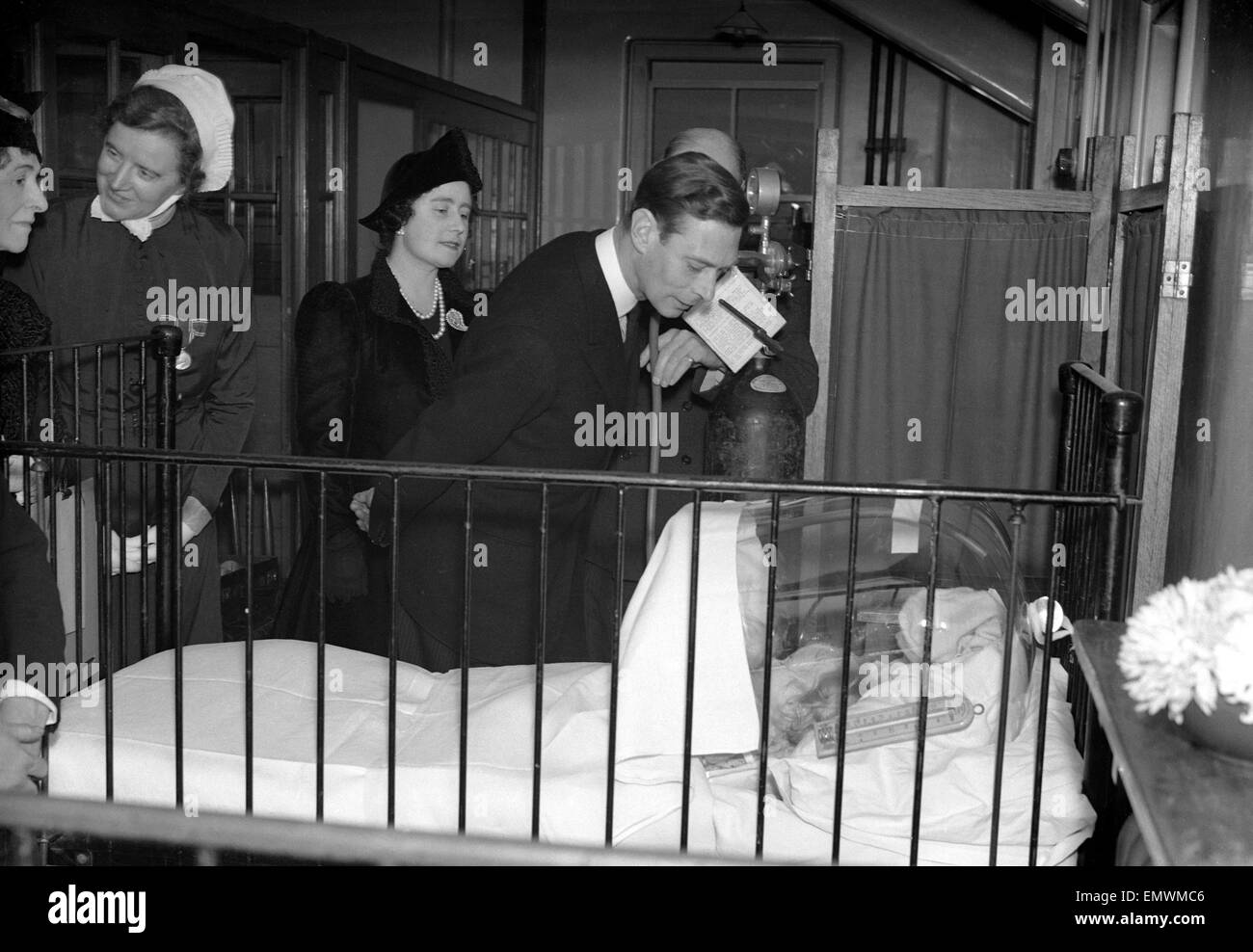 WW2 Air Raid Damage King and Queen at Children's Hospital. - Stock Image