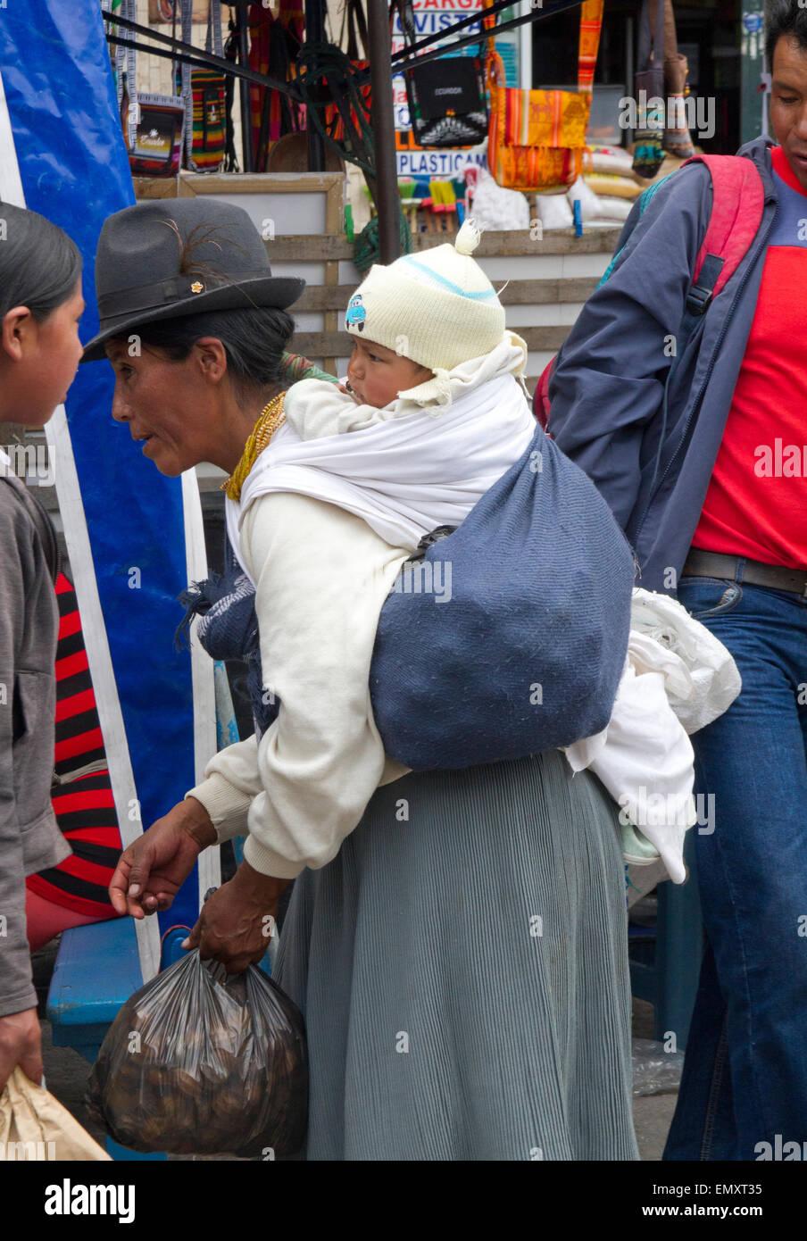 Woman with child shopping at Otavalo market, Ecuador - Stock Image