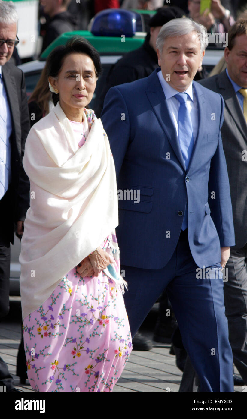 Aung San Suu Kyi, Klaus Wowereit - Gang durch das Brandenburger Tor, 12. April 2014, Berlin. Stock Photo