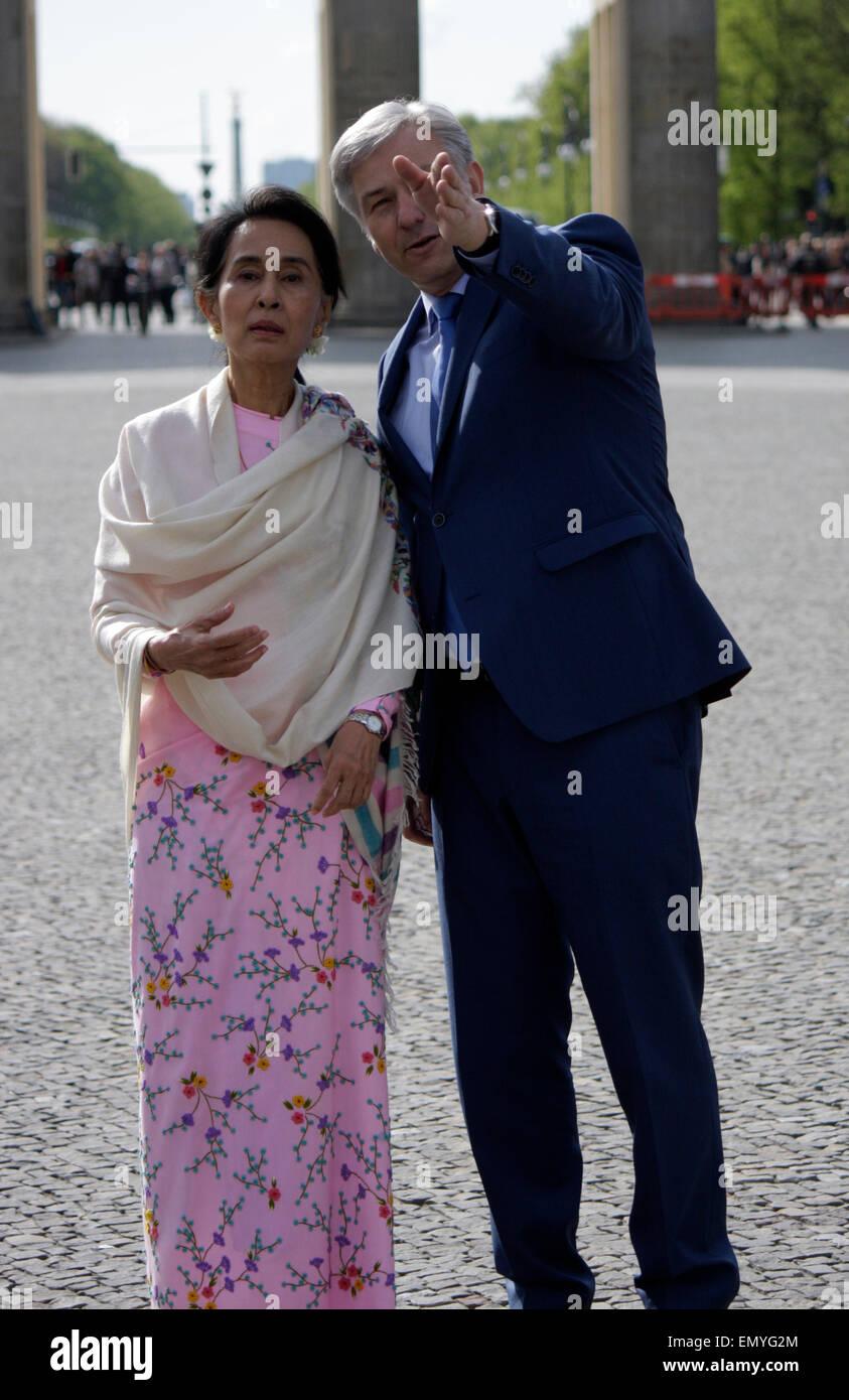 Aung San Suu Kyi, Klaus Wowereit - Gang durch das Brandenburger Tor, 12. April 2014, Berlin. Stock Photo