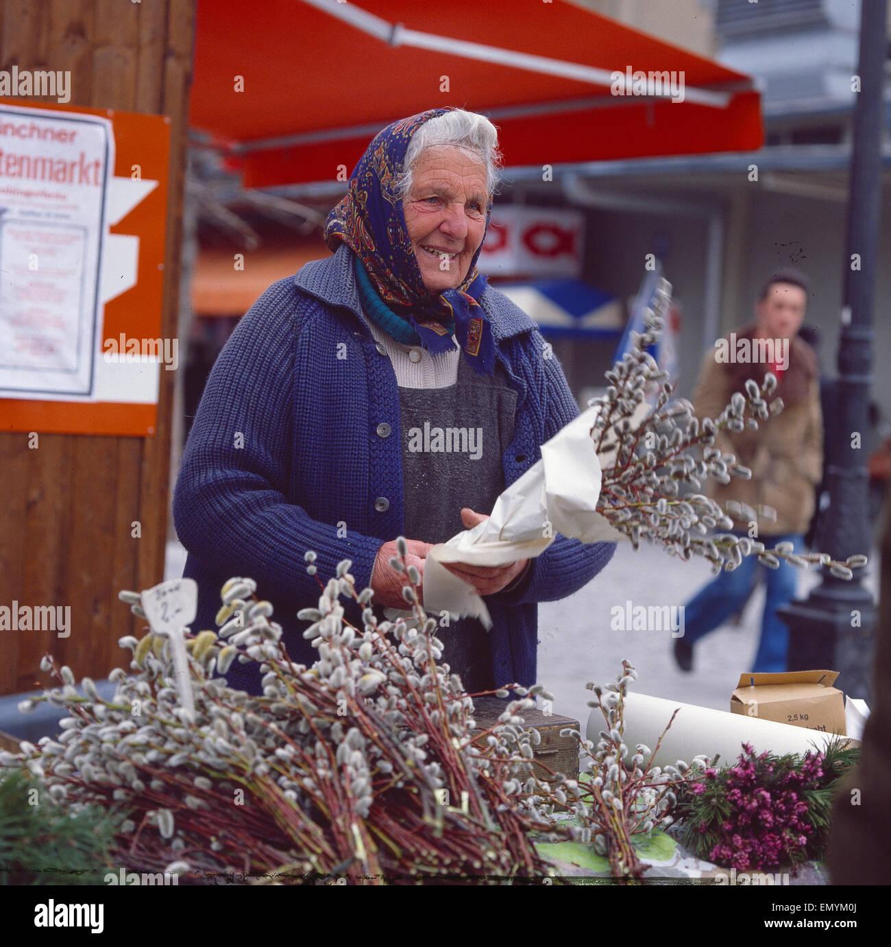 Deutschland, München, München, Frau verkauft Weidenkätzchen auf dem Markt Stock Photo