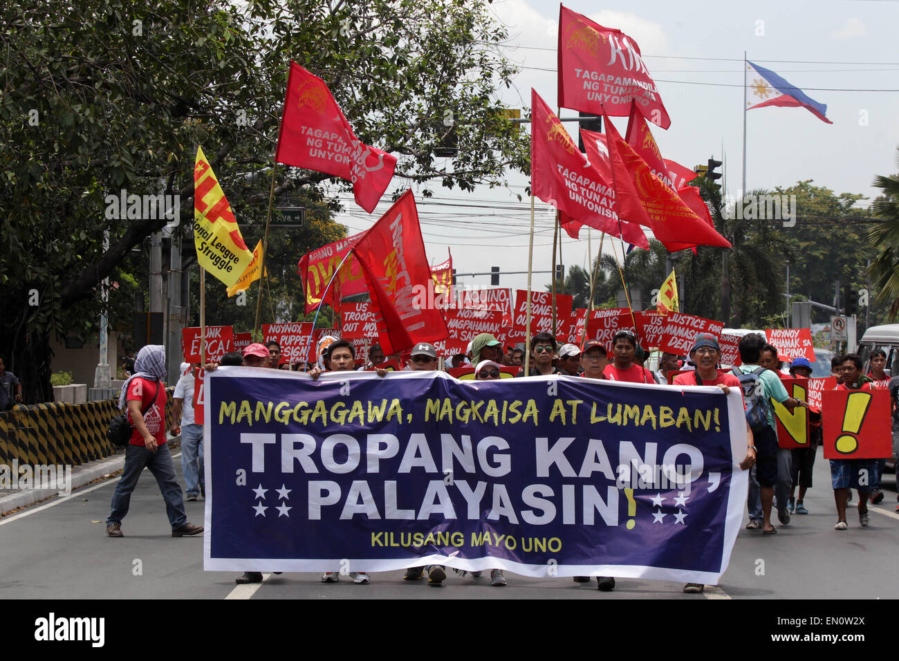 Manila, Philippines. 25th Apr, 2015. Activists hold a banner that reads 'Workers unite and fight! U.S. troops - Stock Image