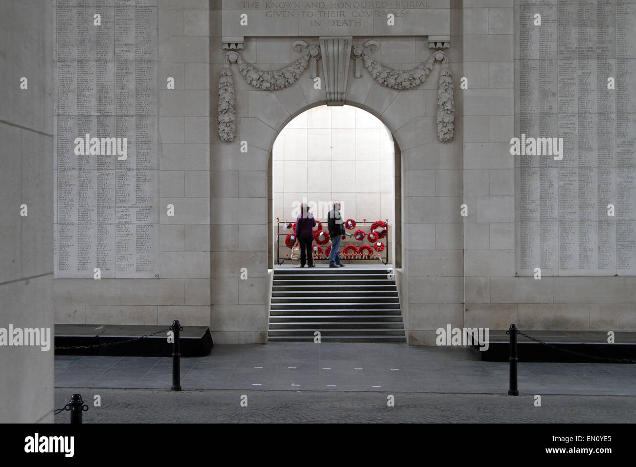A couple gaze at walls full of the names of British and Commonwealth soldiers killed during the First World War - Stock Image