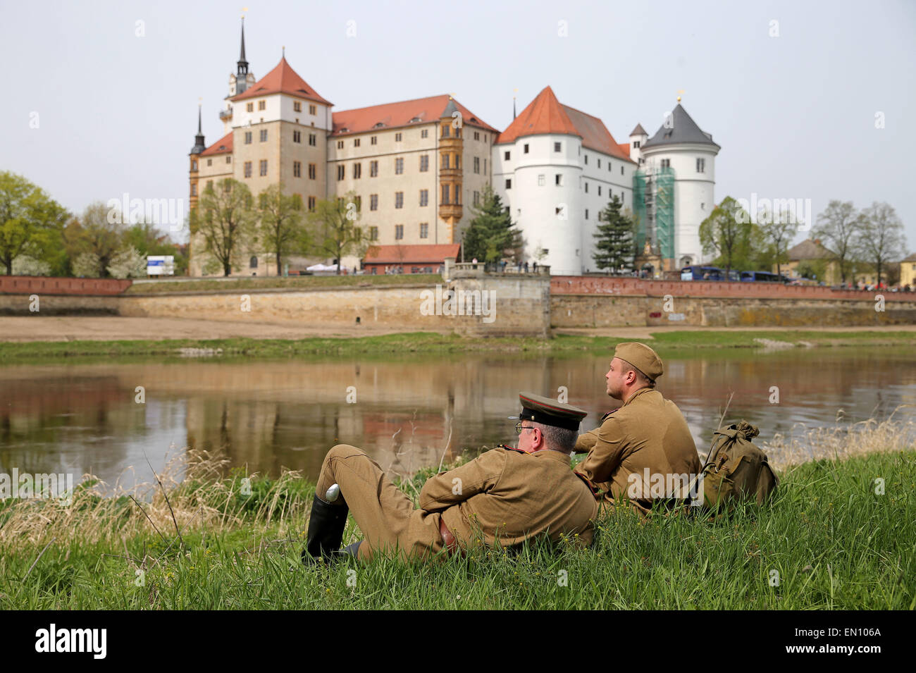 Torgau, Germany. 25th Apr, 2015. Participants of a reenactment of the World War II liberation sit next to the river Stock Photo