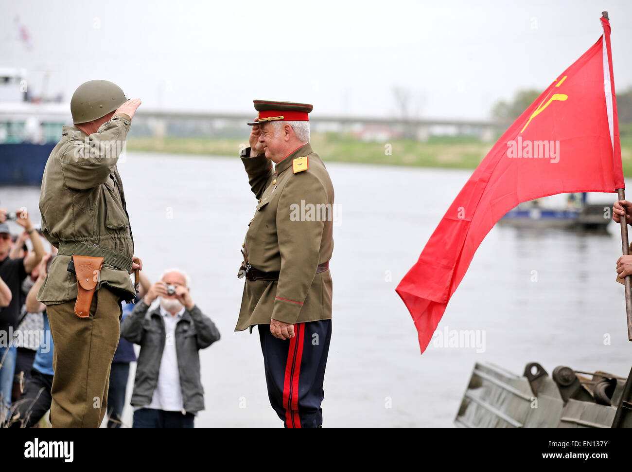 Torgau, Germany. 25th Apr, 2015. Two men reenact a historic meeting between Soviet and US (L) soldiers toward the Stock Photo