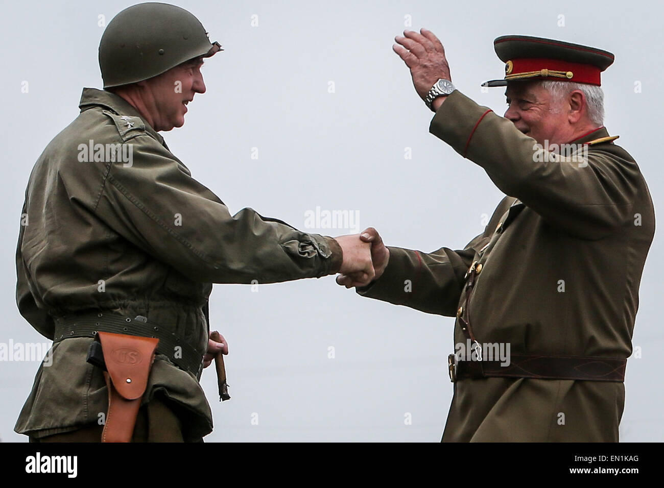 Torgau, Germany. 25th Apr, 2015. Amateur actors re-enact the famous meeting of Soviet and American soldiers during Stock Photo