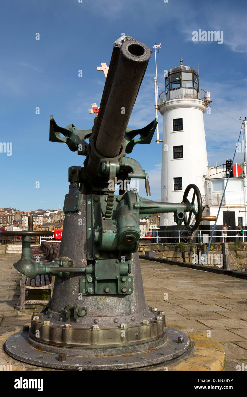 England, Yorkshire, Scarborough, First World War 1914 Vickers Pattern 13 PDR Gun on Vincent's Pier - Stock Image
