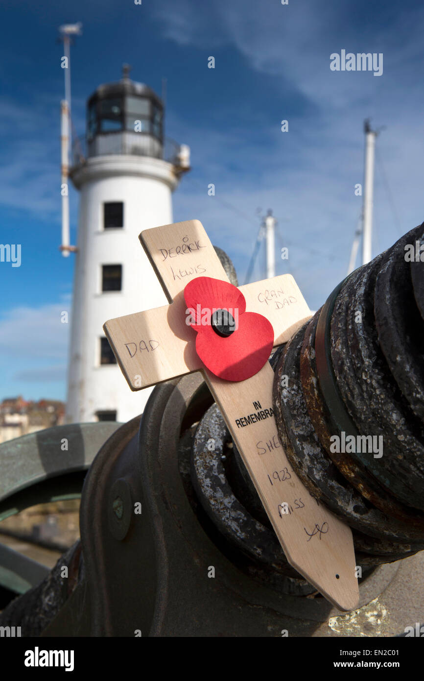 UK, England, Yorkshire, Scarborough, Vincent's Pier, remembrance cross and poppy on Vickers Gun remembering Derrick - Stock Image