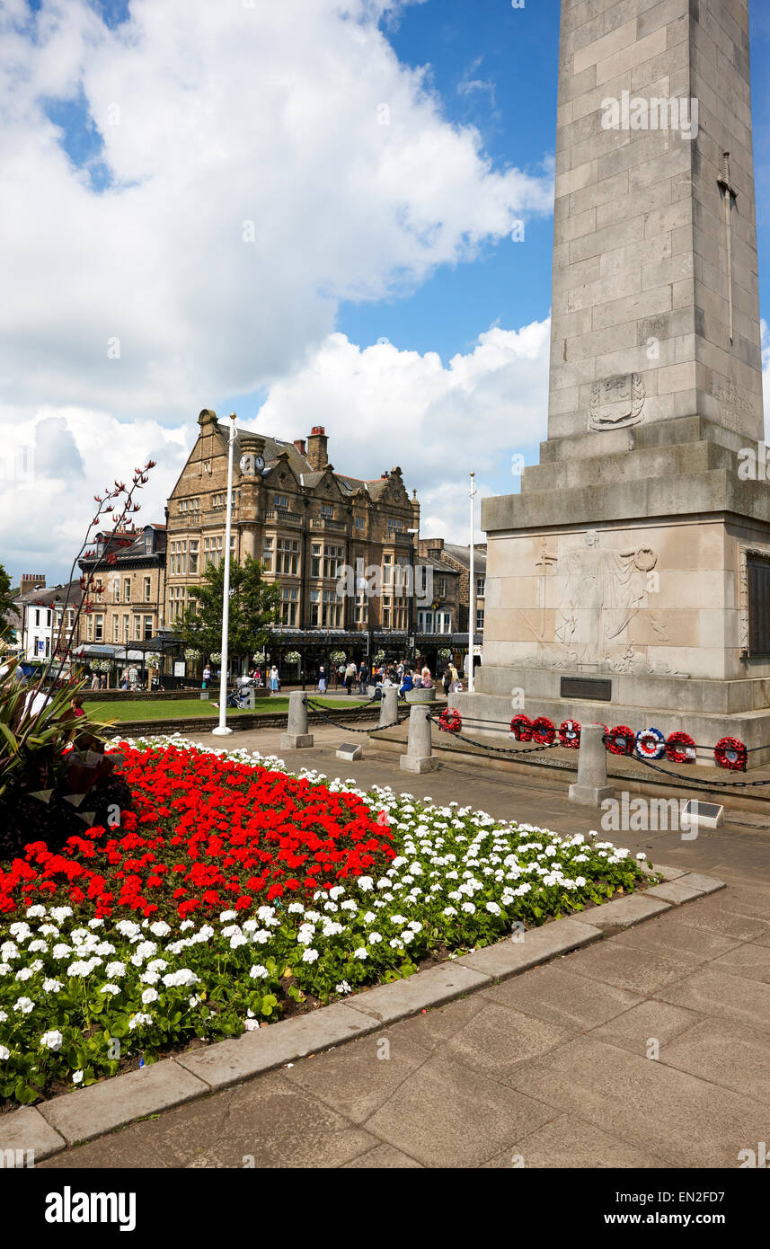 Harrogate, North Yorkshire. Looking past the cenotaph towards Betty's Cafe on Parliament St - Stock Image
