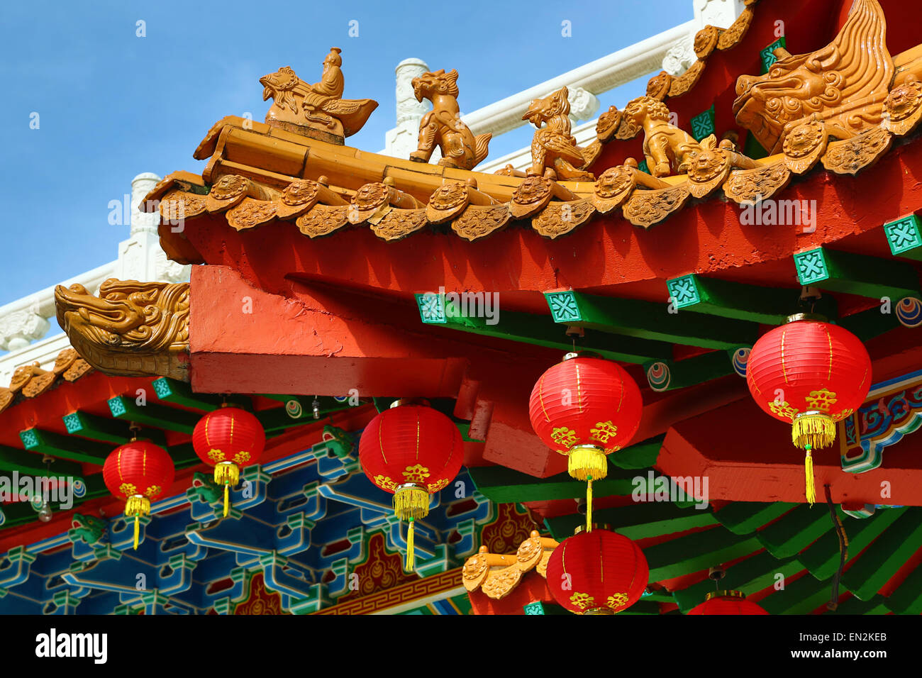 Red lanterns and roof decorations on the Thean Hou Chinese Temple, Kuala Lumpur, Malaysia - Stock Image