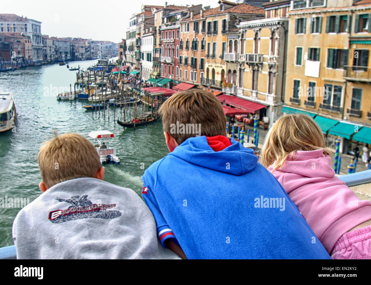 Venice, Province of Venice, ITALY. 7th Oct, 2004. Three tourist children lean over the railing of the famous Rialto - Stock Image