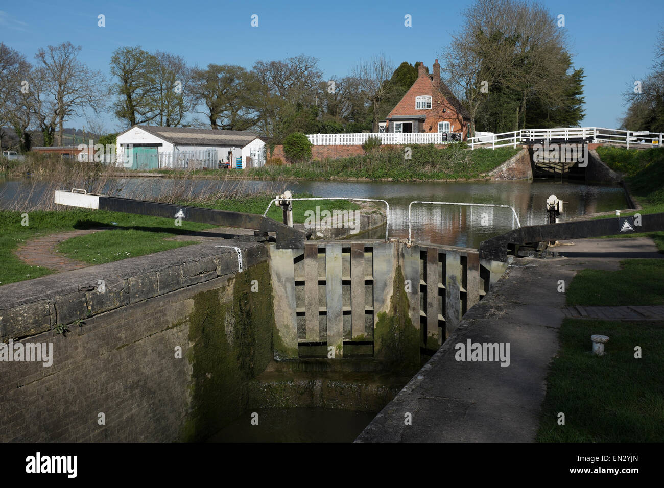 View to the lock gates and the Tea House Cafe at the top of Caen Hill in Devizes - Stock Image