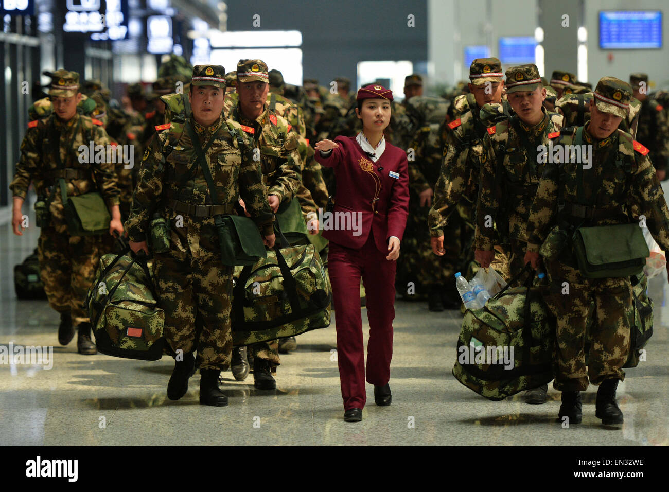 Lanzhou, China's Gansu Province. 27th Apr, 2015. Soldiers walk to board a train at Lanzhou West Railway Station - Stock Image