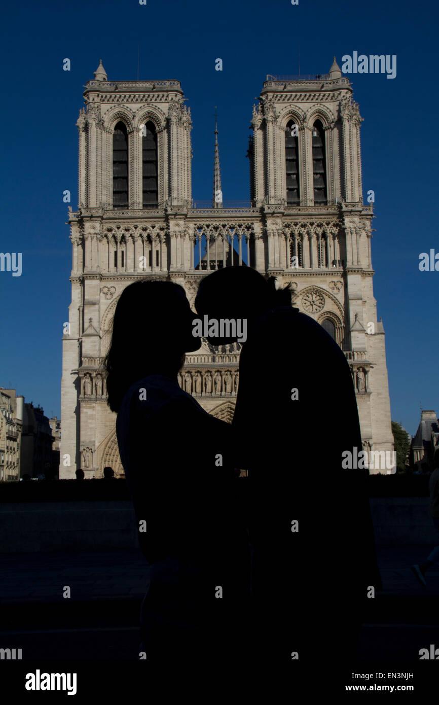 France, Paris, Notre Dame de Paris, Young couple kissing - Stock Image