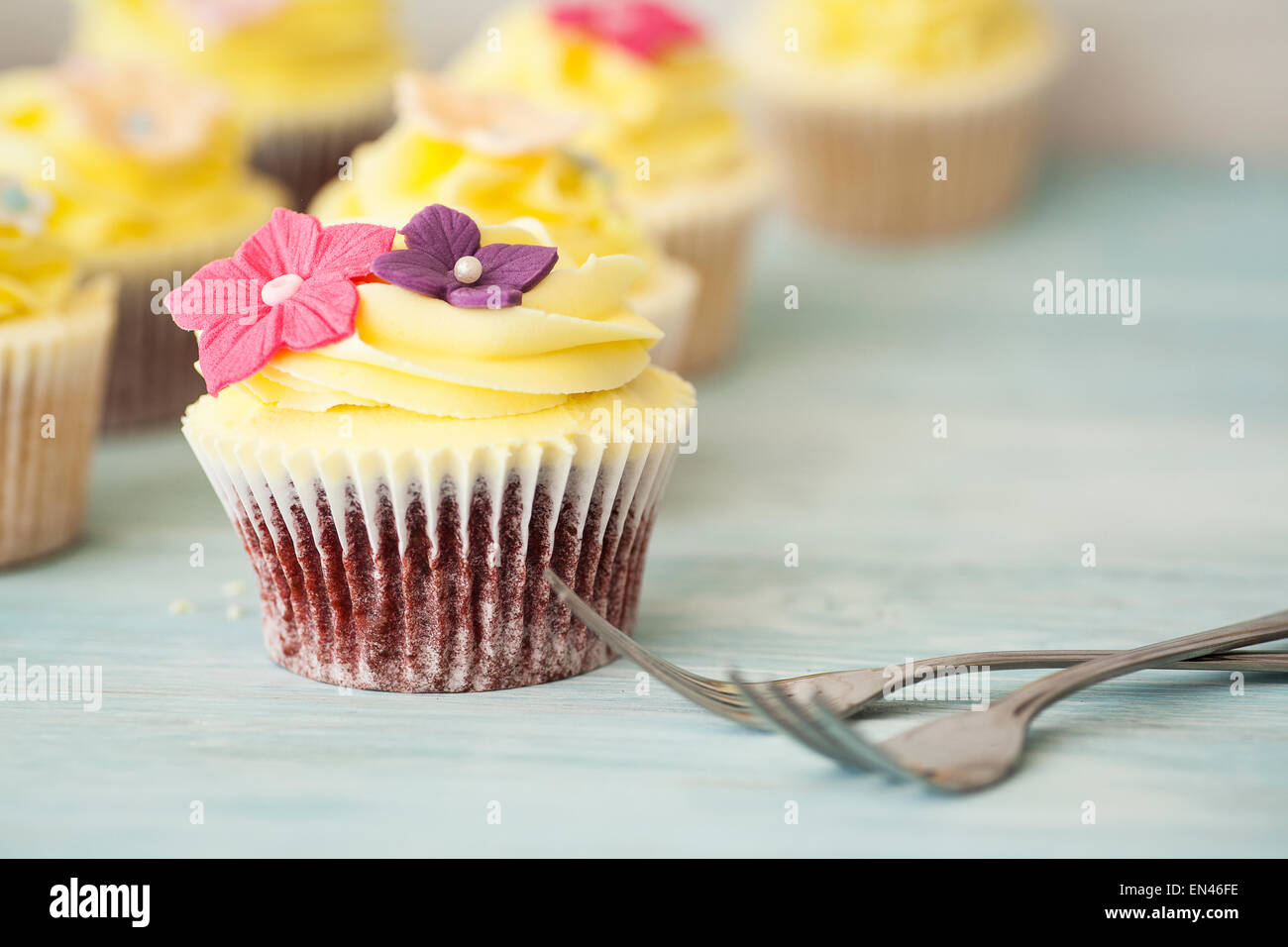 Home Baked Vanilla Cupcakes Buttercream Frosting Stock Photos & Home ...