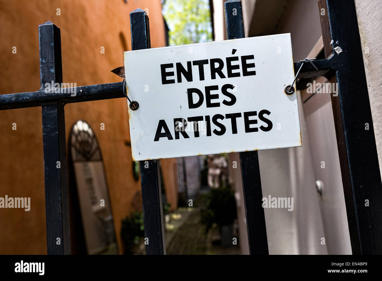Entree des artistes sign in the French Quarter along Church Street in historic Charleston, SC. - Stock Image