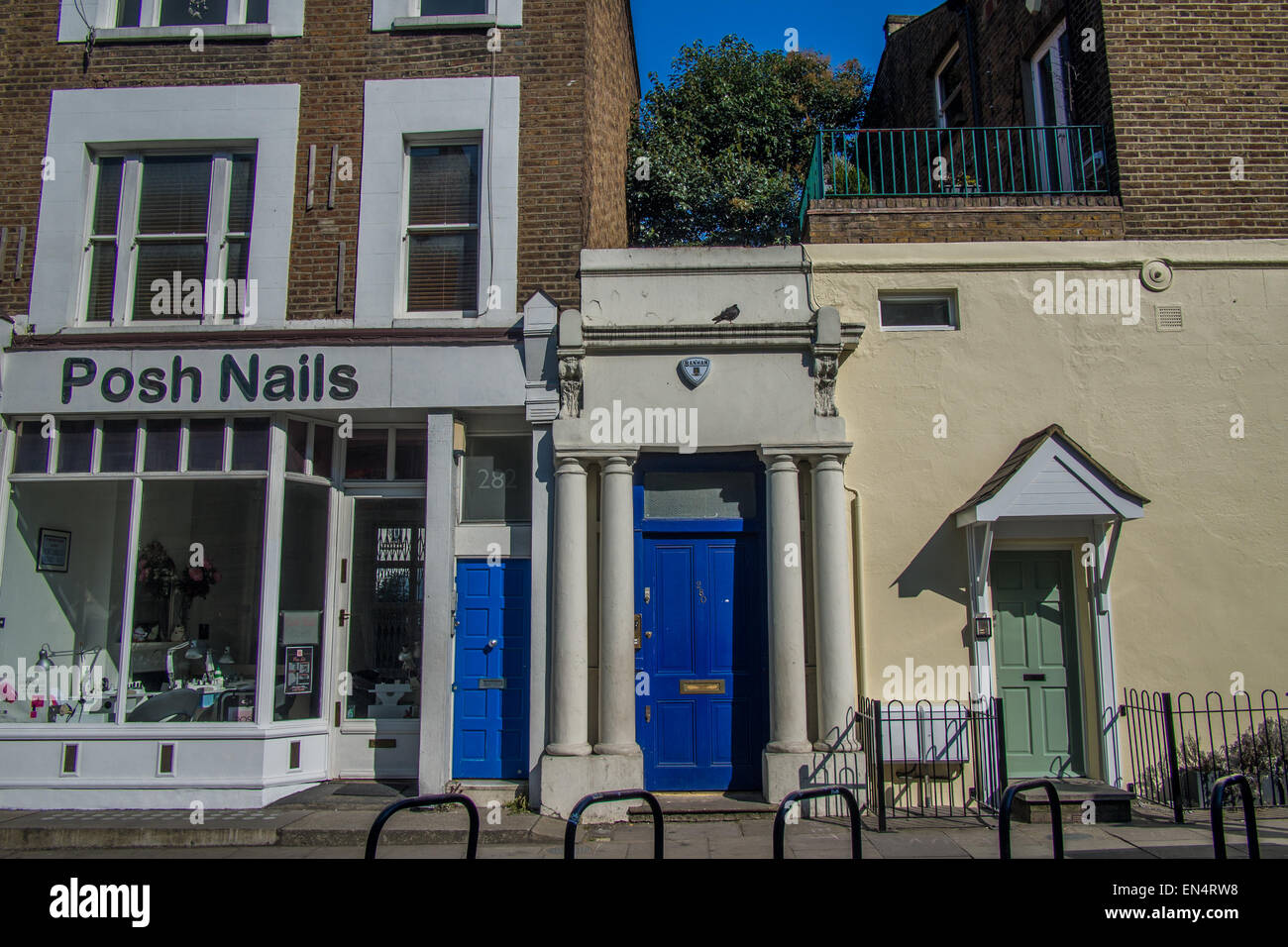 'Notting Hill' film location: the 'blue door' – William Thacker's flat, 280 Westbourne Park Road, Notting - Stock Image
