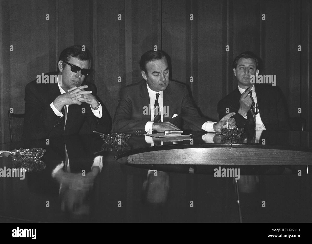 Rupert Murdoch (centre) with Albert Larry Lamb seen here at a press conference a few days before the relaunch of - Stock Image