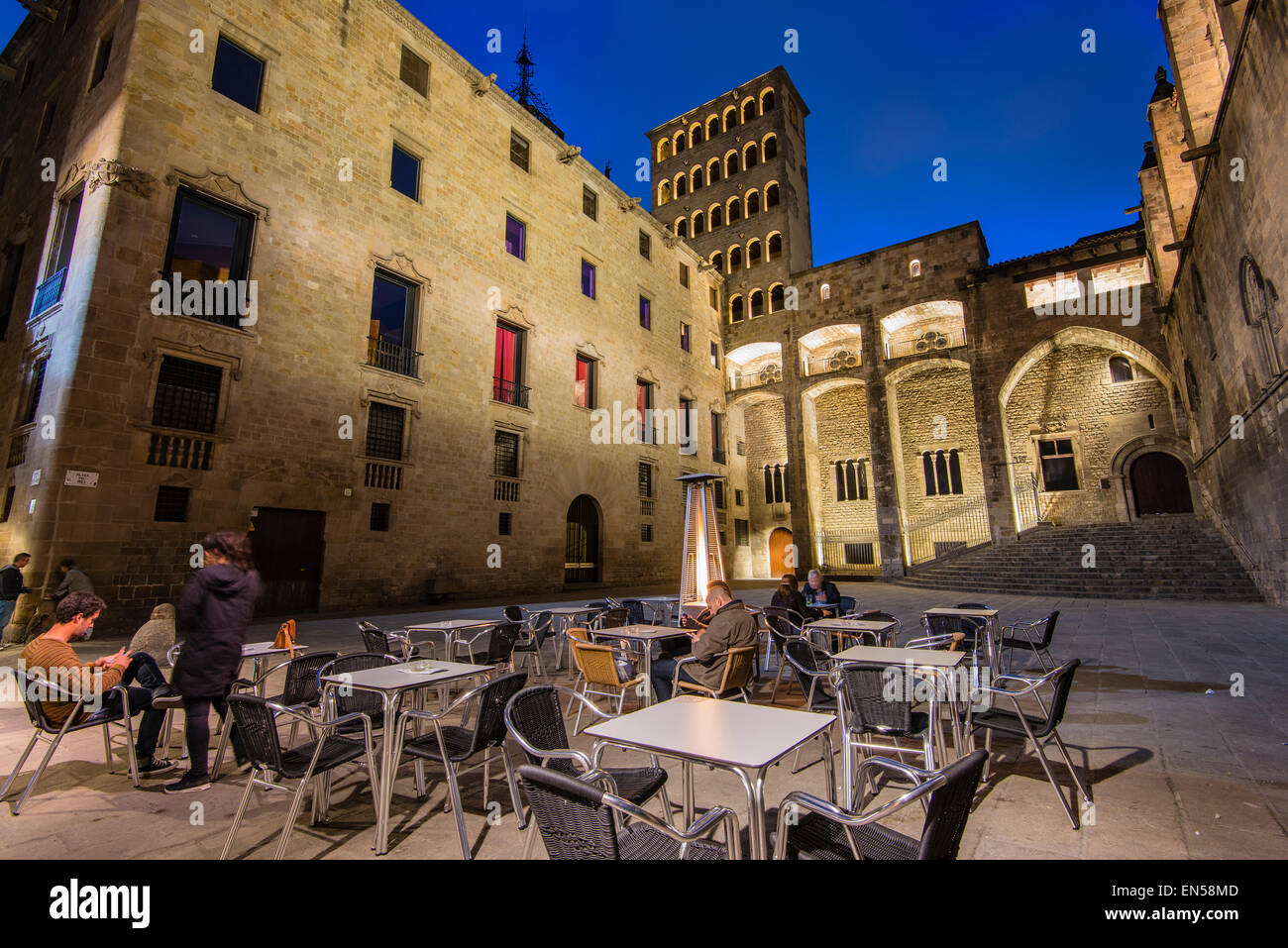 Night view of Plaza del Rey or Placa del Rei with people seated in an outdoor cafe, Barcelona, Catalonia, Spain - Stock Image