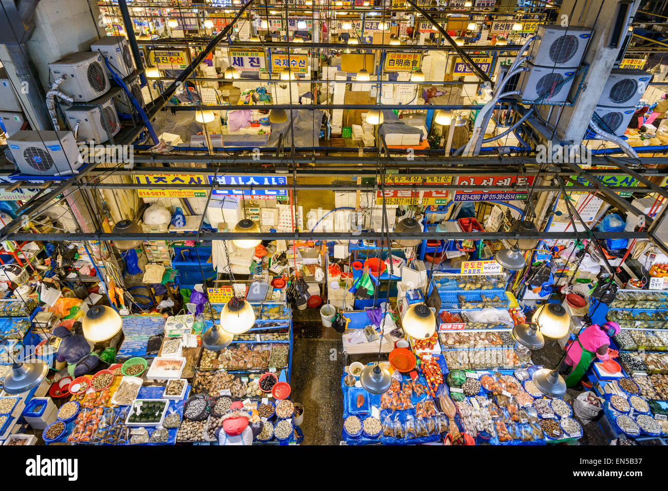 Aerial view of shoppers at Noryangjin Fisheries Wholesale Market in Seoul, South Korea. - Stock Image