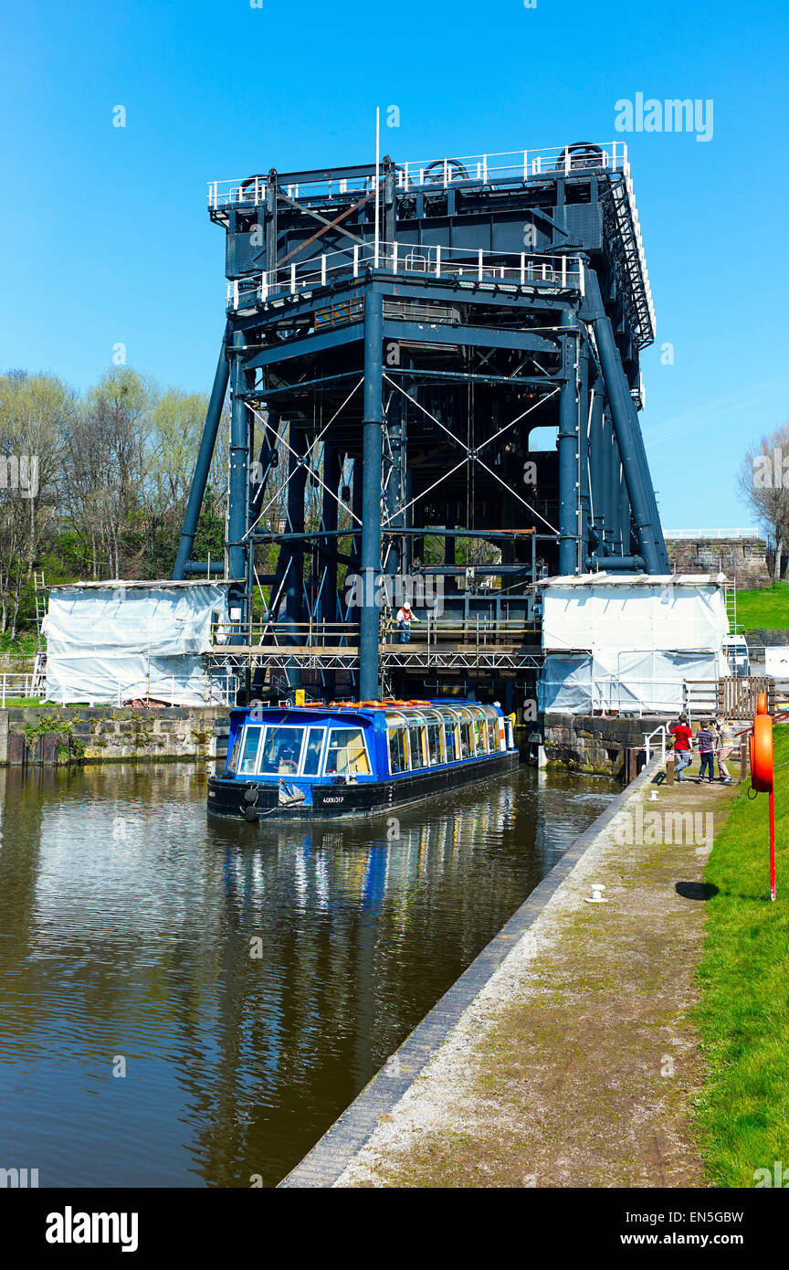 Anderton boat lift with day cruise boat leaving - Stock Image