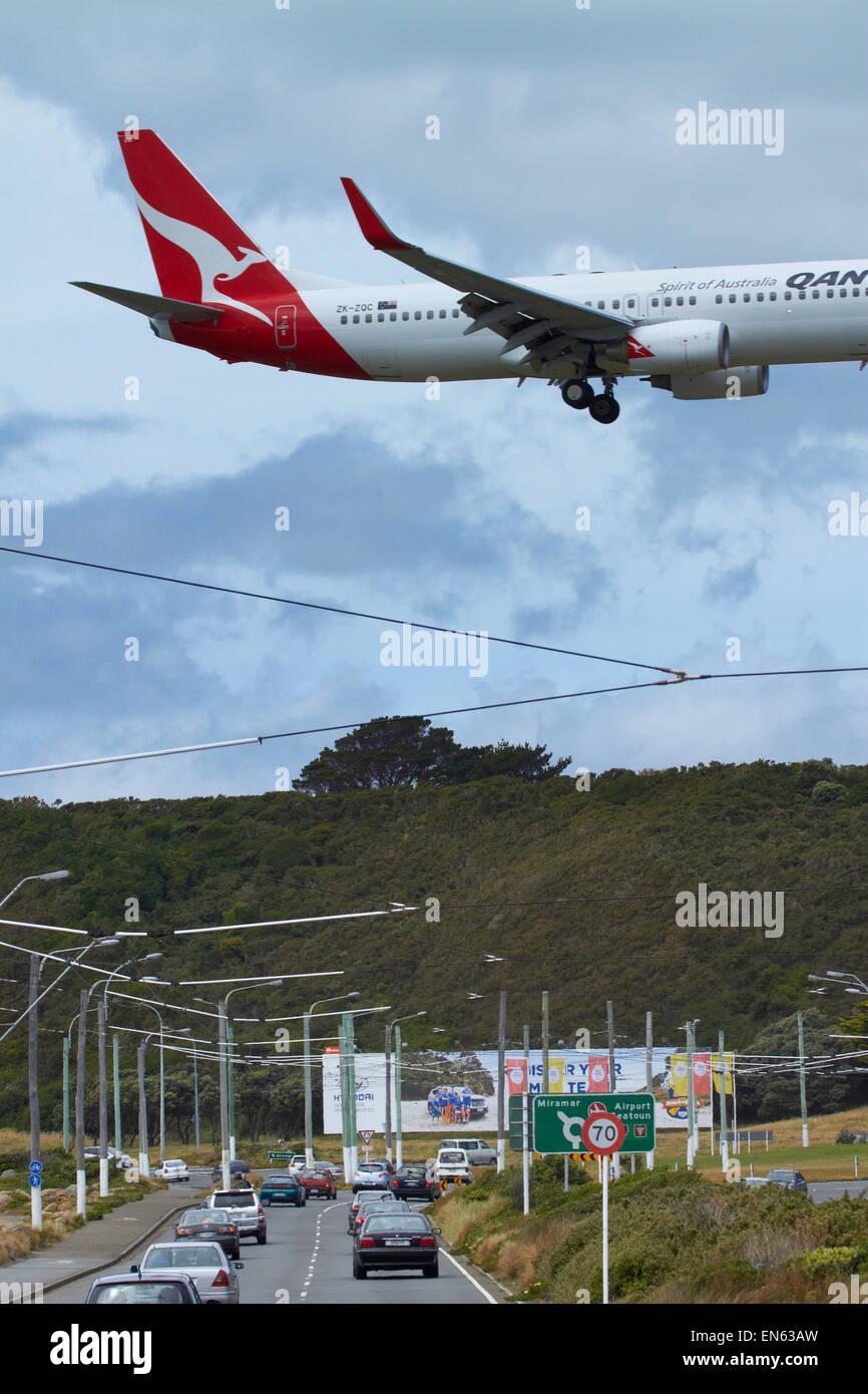 Qantas Boeing 737-800 landing at Wellington International Airport, Wellington, North Island, New Zealand - Stock Image