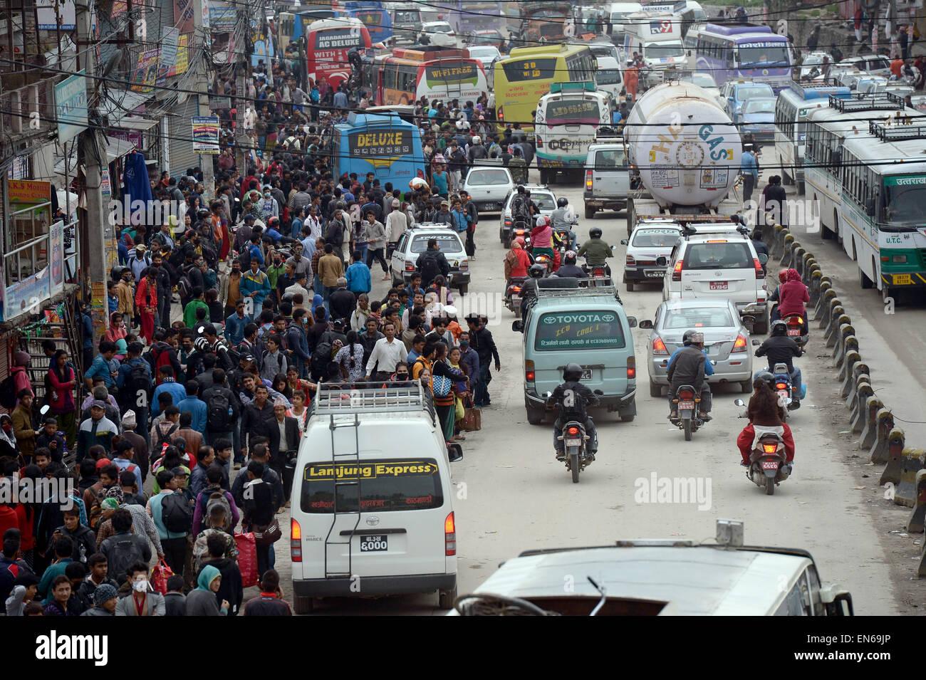 Kathmandu, Nepal. 28th Apr, 2015. People wait for public transport at Kalanki Chowk in Kathmandu, Nepal, 28 April - Stock Image