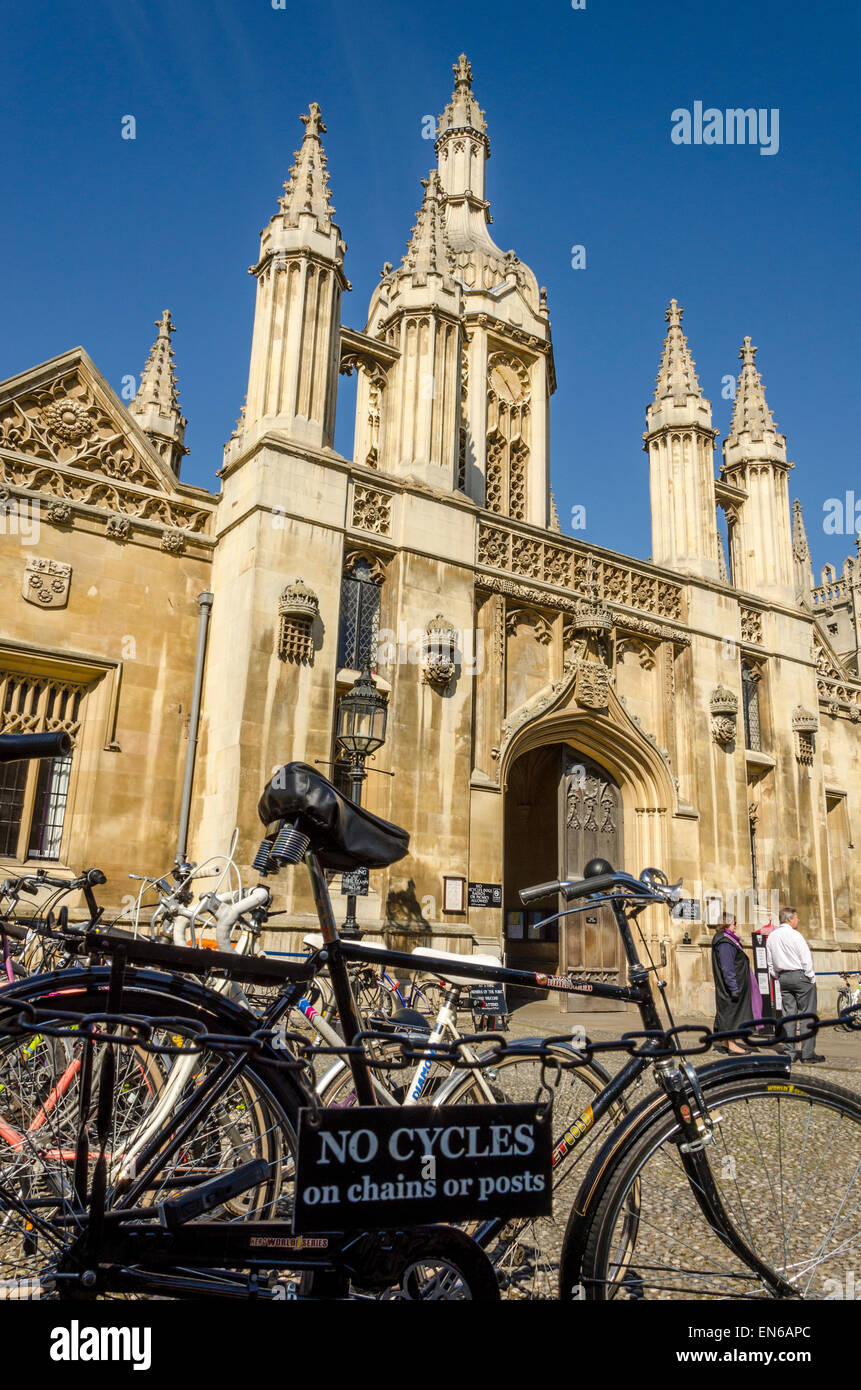 'No Cycles' sign outside the main entrance to King's College, Cambridge - Stock Image