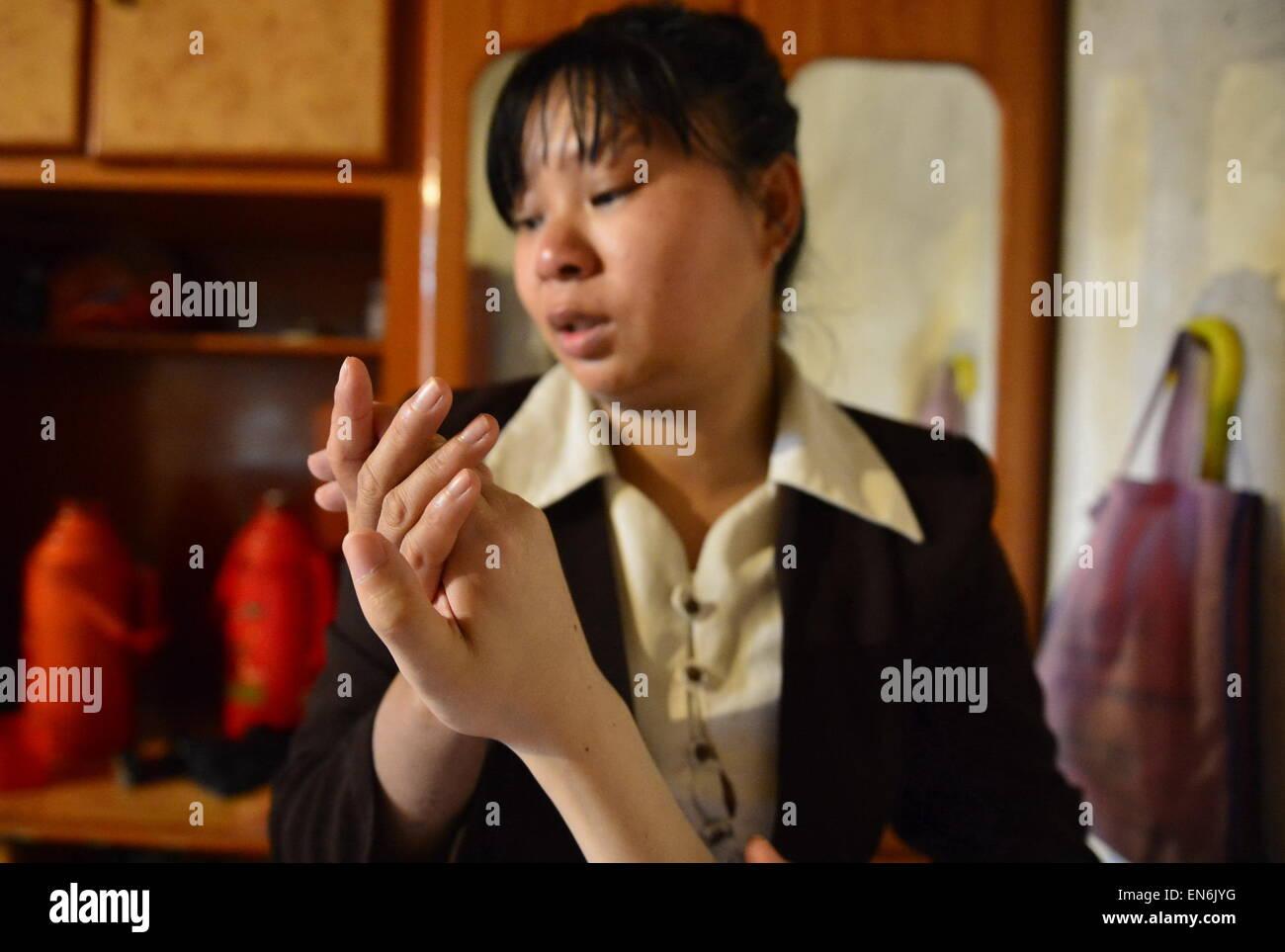 (150429) -- NANCHANG, April 29, 2015 (Xinhua) -- Photo taken on April 28, 2015 shows Xu Yuelian massages hands of - Stock Image