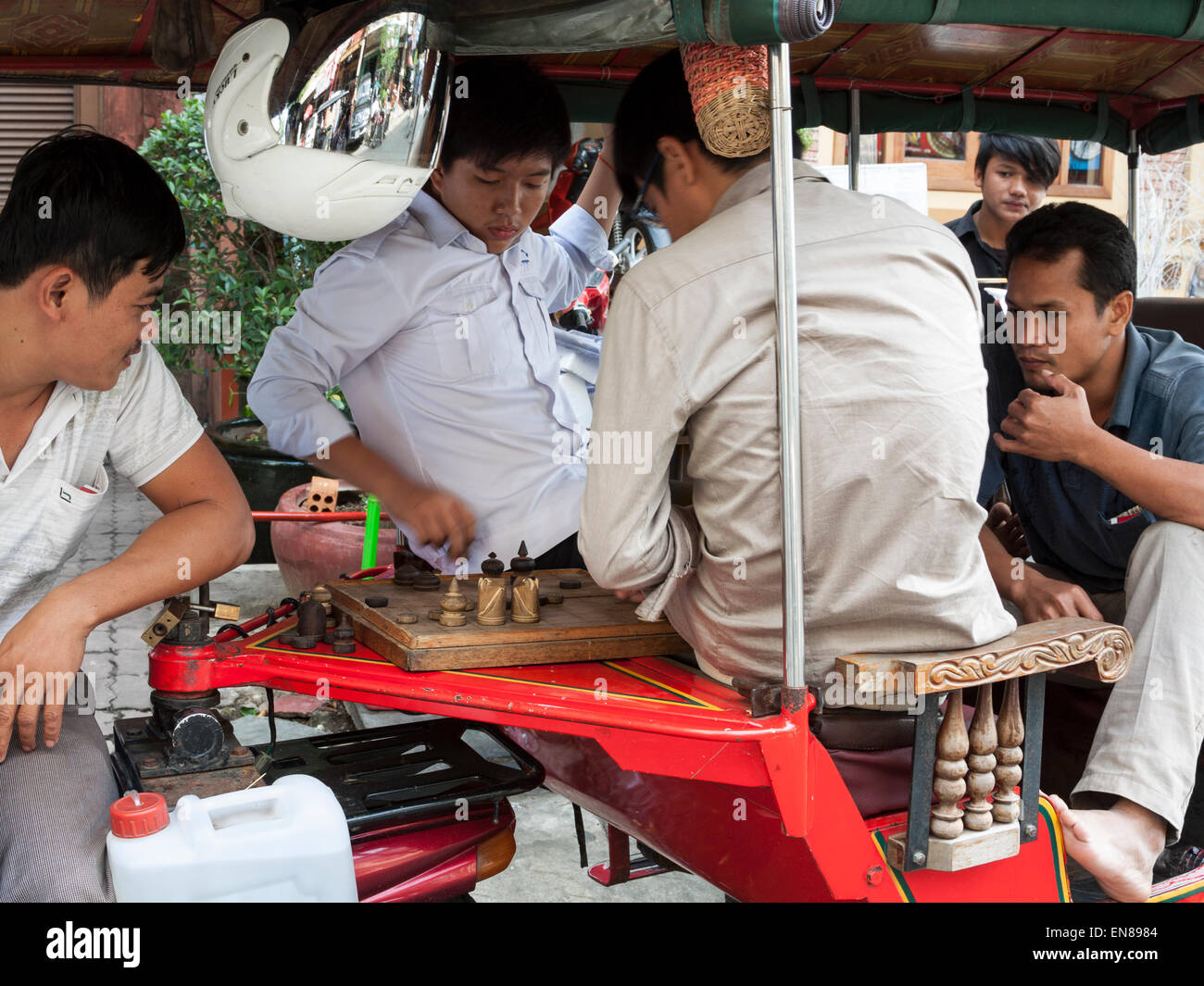 Cambodian taxi drivers play chess In Phnom Penh, Cambodia, Asia. - Stock Image
